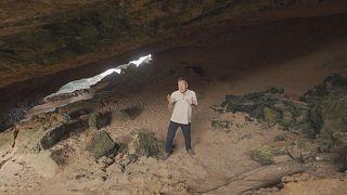 Business Angola programının sunucusu Chris Burns Namibe bölgesindeki çölün ucunda bir mağarada
