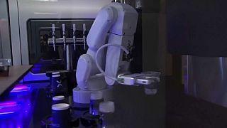 شاهد: روبوت يقدم للزبائن قهوة بالحليب في مطار كاليفورنيا