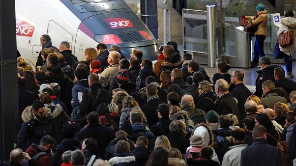 Francia paralizada por una huelga contra la reforma de las pensiones del Gobierno de Macron