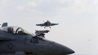 """مقاتلات حربية على متن حاملة الطائرات الأميركية """"يو إس إس أبراهام لينكولن"""""""