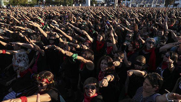 """Miles de chilenas entonan y bailan al unísono el cántico feminista """"Un violador en tu camino"""""""
