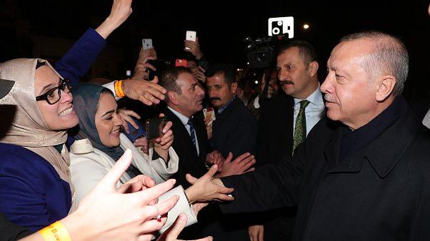 Erdoğan, NATO Liderler Zirvesi için geldiği Londra'da, Old Billingsgate binasında İngiltere'deki Türk vatandaşları ve Müslüman toplumuyla bir araya geldi