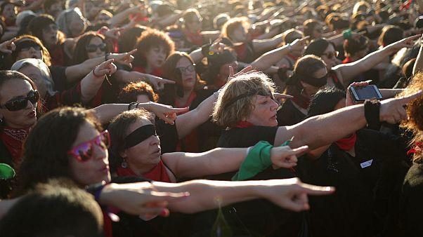 هزاران زن  در شیلی پرفرمنس «تو متجاوز هستی» را در برابر استادیوم ملی سانتیاگو اجرا کردند