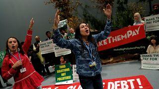 """نشطاء المناخ يحتجون في إطار حملة """"دفع كبار الملوثين للدفع"""" داخل مكان انعقاد مؤتمر الأمم المتحدة لتغير المناخ"""