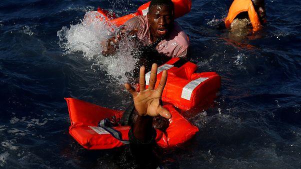 صورة لمهاجرين خلال عملية إنقاذ اختارتها وكالة رويترز للأنباء كصورة السنوات العشر الأخيرة