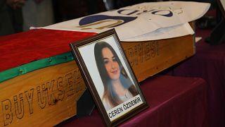 Ordu'nun Altınordu ilçesinde, uğradığı bıçaklı saldırı sonucu yaşamını yitiren üniversite öğrencisi Ceren Özdemir için Ordu Üniversitesinde tören düzenlendi.