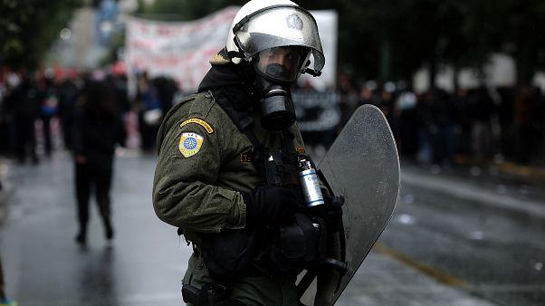 Αστυνομικός των ΜΑΤ στέκεται μπροστά στους διαδηλωτές (αρχείου)