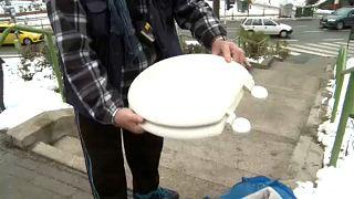 Vécédeszkákkal és takarókkal érkeznek az emberek a Szent János Kórházba