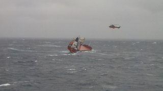 Εντυπωσιακό βίντεο από τη διάσωση ναυτικών σε ακυβέρνητο πλοίο στη Σκύρο