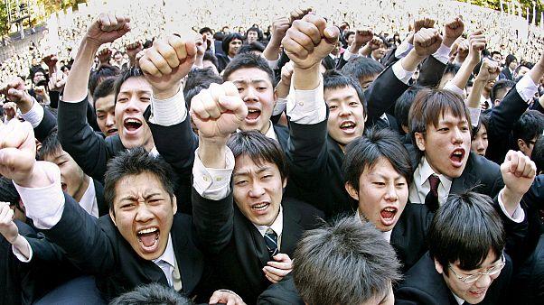 Japonya'da lise öğrencileri mezuniyet töreni