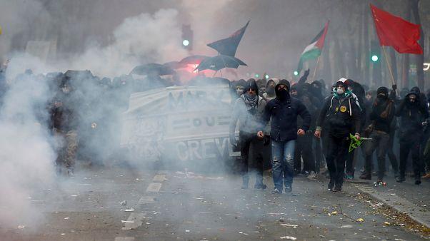Paris'te polis göstericiler göz yaşartıcı gazla müdahale etti
