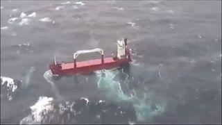 شاهد: إنقاذ طاقم سفينة شحن تصارع الرياح والأمواج قرب اليونان