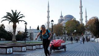 روزي سوال بوب تركض عبر شوارع اسطنبول خلال رحلتها التي انطلقت من لندن باتجاه كاتماندو -2019/12/05 -