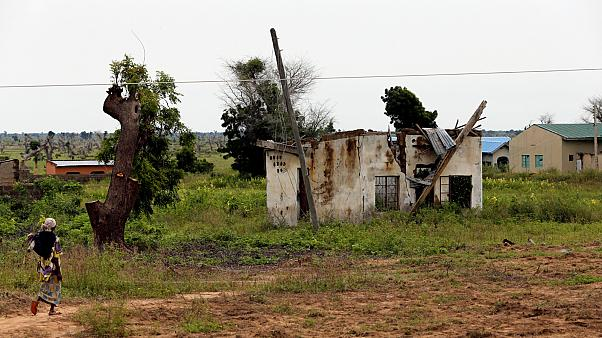 مرأة تمشي باتجاه منزل دمره متشددو بوكو حرام على طول طريق كوندوغا - باما  نيجيريا
