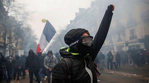بیش از ۸۰۰ هزار نفر در فرانسه علیه اصلاح نظام بازنشستگی تظاهرات کردند