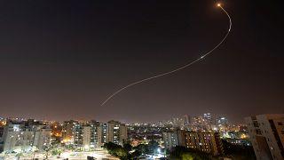 صورة خلال اعتراض نظام القبة الحديدية لإطلاق صواريخ من غزة باتجاه إسرائيل