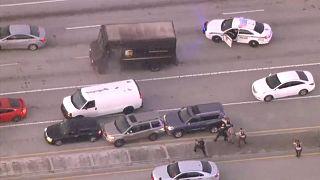 Florida eyaletinde iki silahlı soyguncu bir kuyumcuyu soymasının ardından United Parcel Service (UPS) şirketine ait bir kamyonu çaldı