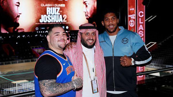 الملاكمان أندي رويز وأنتوني جوشوا والأمير السعودي خالد بن سلمان آل سعود