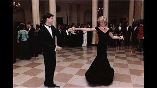 Vestido que Diana usou na dança com Travolta vai novamente a leilão