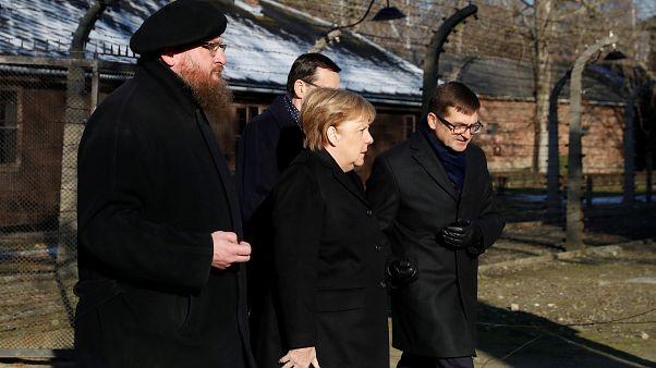 المستشارة الألمانية عند وصولها إلى أوشفيتز