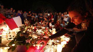 Gyászolók a terrortámadás áldozataira emlékeznek 2016. július 15-én éjjel a dél-franciaországi Nizza tengerparti sétányán