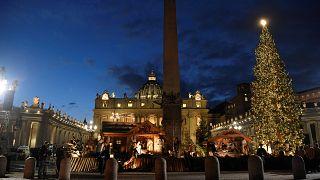 Vatikan'da Noel hazırlığı: Aziz Petrus Meydanı ışıl ışıl