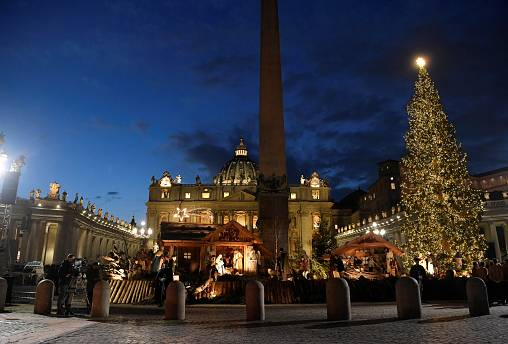 La Place Saint-Pierre à Rome accueille son sapin et sa crèche de Noël.