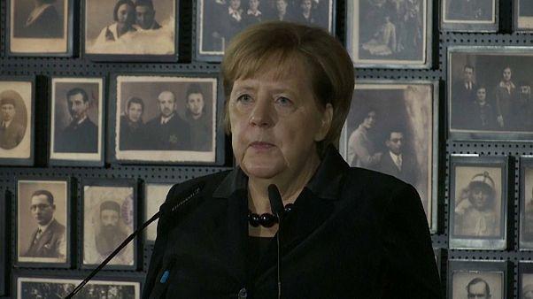 Merkel recuerda la inseparable responsabilidad alemana en el campo de exterminio de Auschwitz