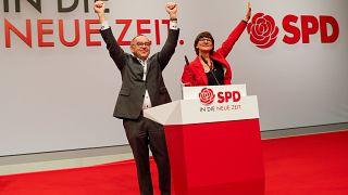 ساسكيا إيسكن ونوربرت فالتر بوريانس إثر انتخابهما زعيمين جديدين للحزب الاشتراكي الديمقراطي خلال مؤتمر للحزب في برلين. 2019/12/06