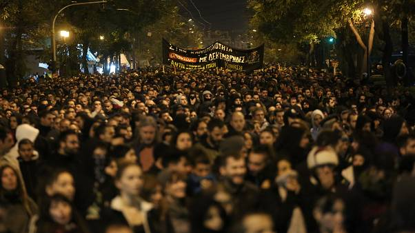 Διαδηλωτές κρατώντας πανό συμμετέχουν στην πορεία για τα 11 χρόνια από την δολοφονία του Αλέξανδρου Γρηγορόπουλου