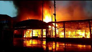 Un incendio reduce a cenizas un mercado de un centenar de puestos en Perú