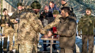 شاهد: زيلينسكي يزور جبهة القتال الأوكرانية قبل لقاء مع بوتين