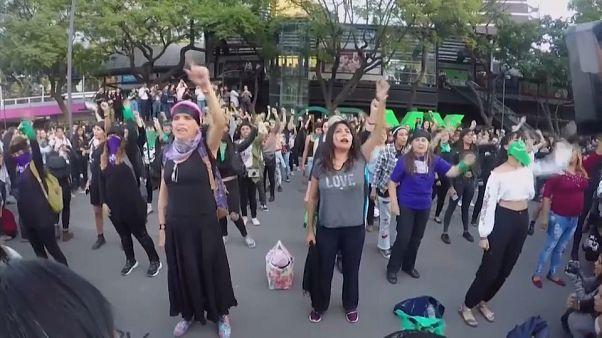 Focisták gúnyolódása miatt tüntetett sok nő Mexikóban