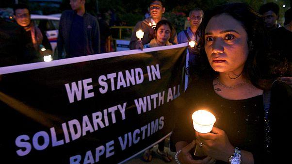 Hindistan'da kendisine tecavüz eden zanlı ve arkadaşları tarafından yakılan kadın yaşamını yitirdi