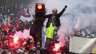 Fransa'da Sarı Yelekliler'den emeklilik reformu gösterilerine destek: Grevler ne kadar sürecek?
