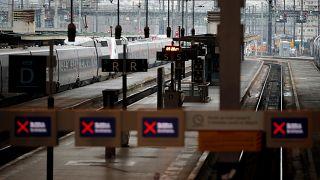 Francia sigue paralizada en su tercer día de huelga nacional contra la reforma de las pensiones