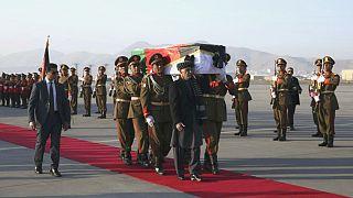 Afganistan Cumhurbaşkanı Eşref Gani Afgan bayrağına sarılı Tetsu'nun tabutunu taşıyor