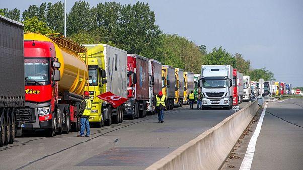 کامیونداران فرانسوی با مسدود کردن راهها به صف معترضان پیوستند