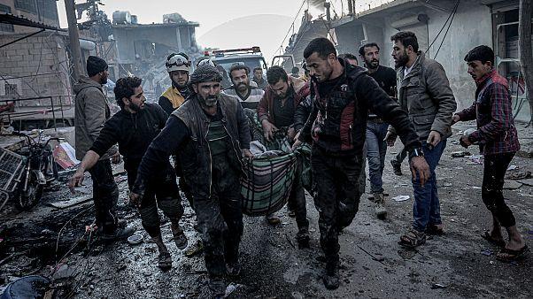 İdlib'deki yerel halk hava saldırılarında ölen ve yaralanan sivilleri taşıyor