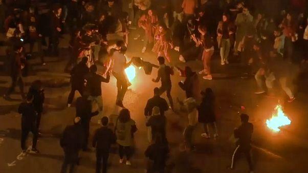 شبان يهرعون لإطفاء النار التي أشعلها رجل في نفسه وسط بيروت - 2018/12/07 -