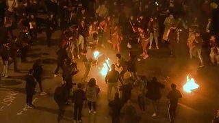 Diğer göstericiler yangını söndürerek kendini ateşe veren eylemciyi kurtardı