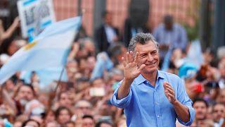 Mauricio Macri se despide de la presidencia acompañado de miles de seguidores