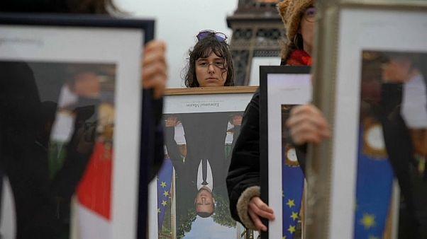 """Les """"décrocheurs de portrait"""" manifestent pour le climat à Paris"""
