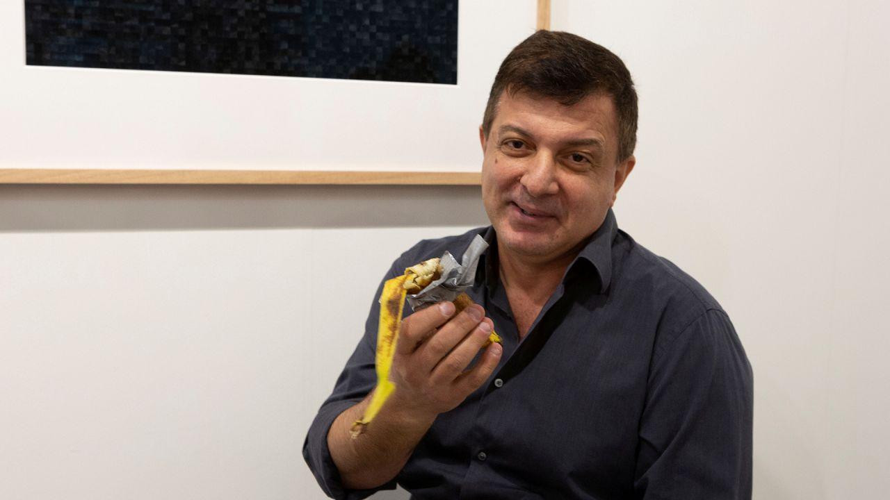 Amerikalı sanatçı David Datuna Maurizio Cattelan'ın eseri olan muzu yedi