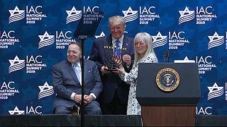 ترامب خلال اجتماع المجلس الاسرائيلي الأميركي، وإلى جانبه أحد أهم ممولي هذه المنظمة قطب الكازينوهات الملياردير اليهودي الأميركي شيلدون أديلسون وزوجته ميريام.