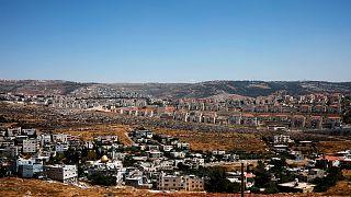 منازل فلسطينيين في قرية فوكين وفي الخلفية مستوطنة بيطار اليت الإسرائيلية في الضفة الغربية المحتلة -2019/06/19 –