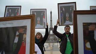 Elnöki portrékkal tüntettek Párizsban