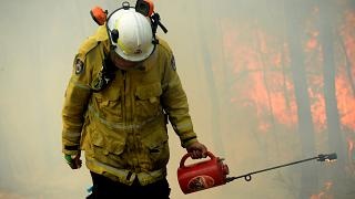 Bombeiros australianos combatem chamas contra-relógio