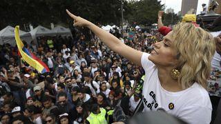 La cantante colombiana Adriana Lucía se dirige a los manifestantes