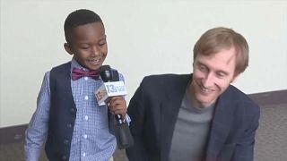 شاهد: طفل أمريكي يدعو أصدقاءه لجلسة تبنيه بالمحكمة